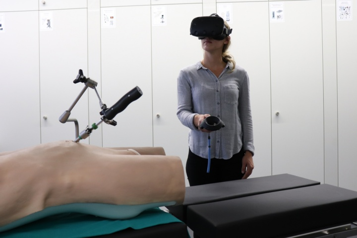 Virtual reality to enhance the field of view in laparoscopy